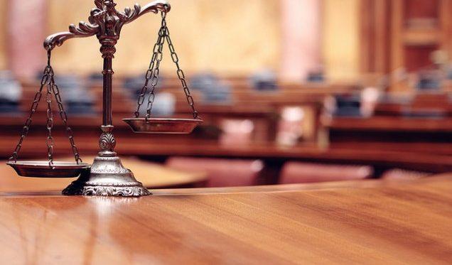 Gerichtssaal mit Waage